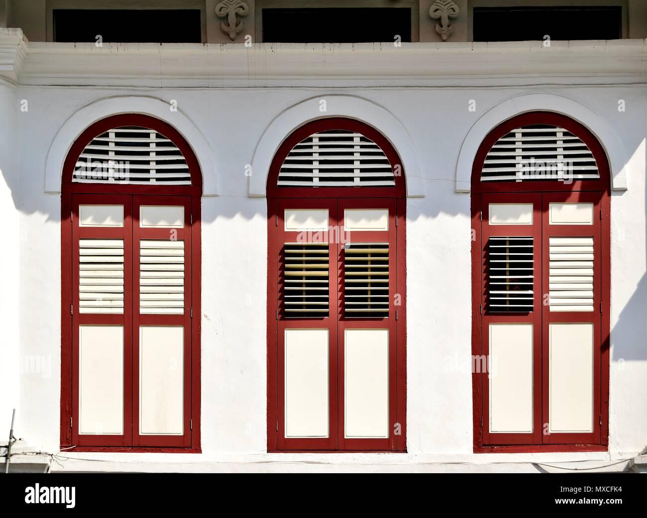 Persiane In Legno Antiche : Vista frontale della tradizionale singapore shop house vintage con
