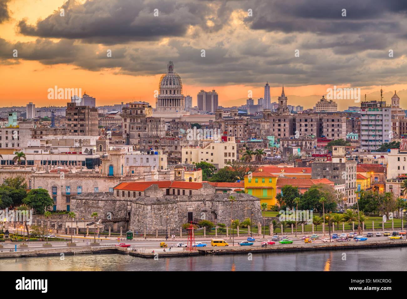 L'Avana, Cuba skyline del centro sull'acqua subito dopo il tramonto. Immagini Stock