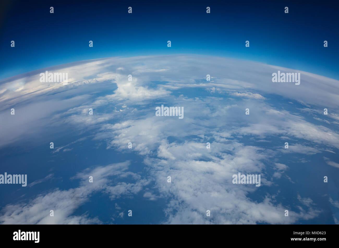Curvatura del pianeta terra. Riprese aeree sopra le nuvole Immagini Stock