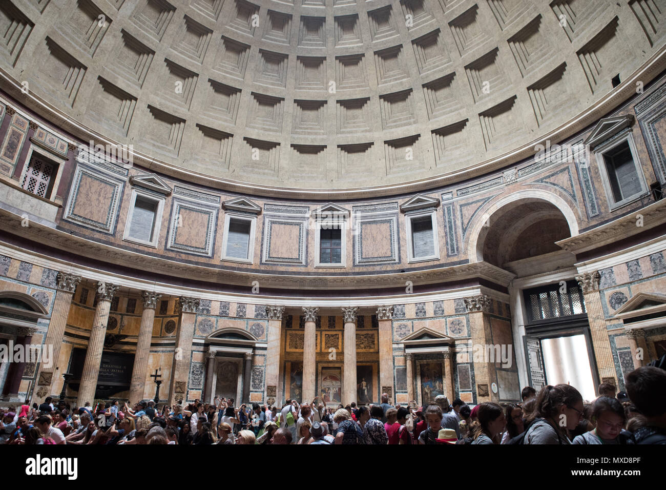 Roma Pantheon interno, luce vera il foro, i turisti in visita Immagini Stock
