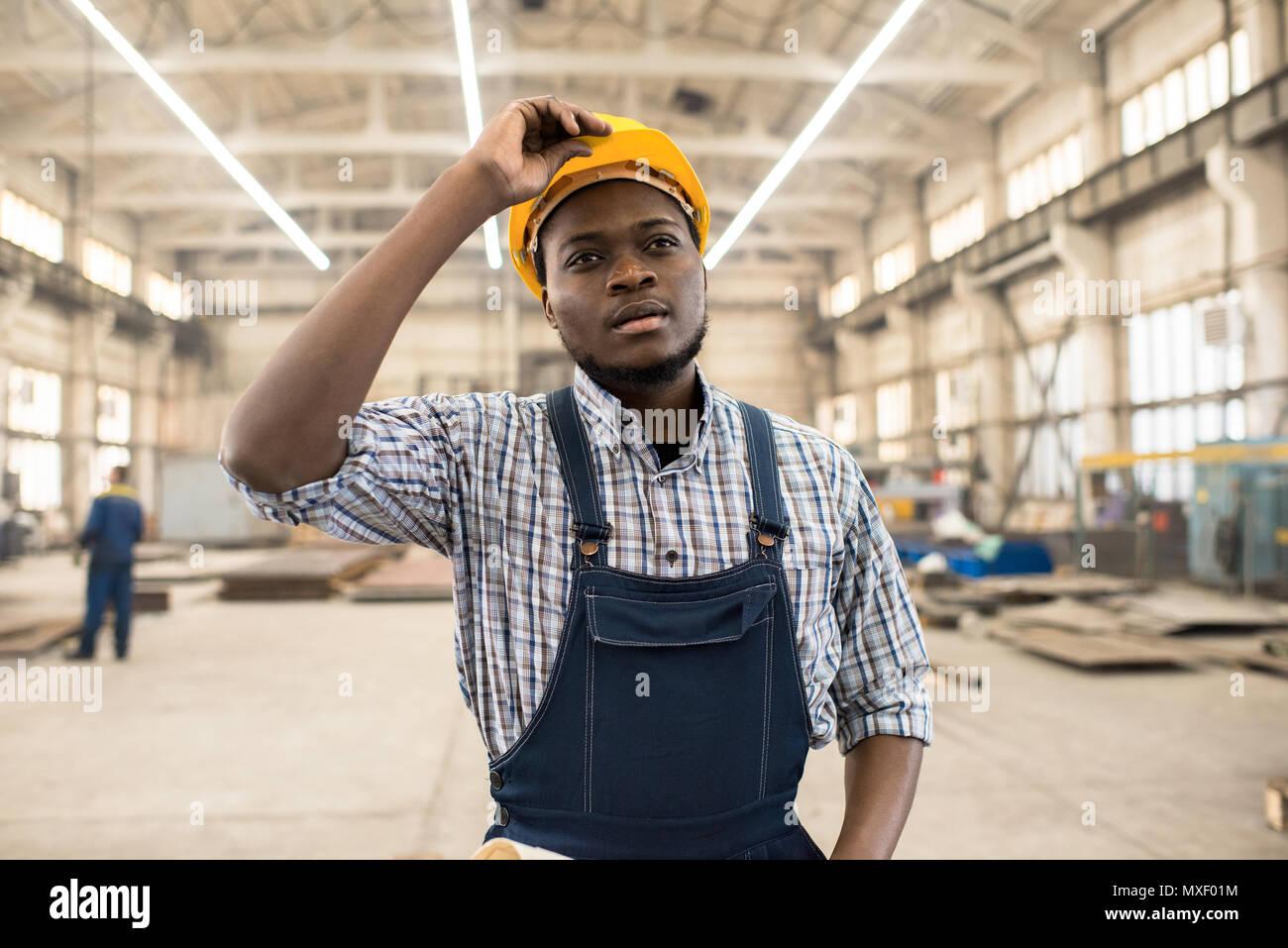 African American Tecnico al Lavoro Foto Stock