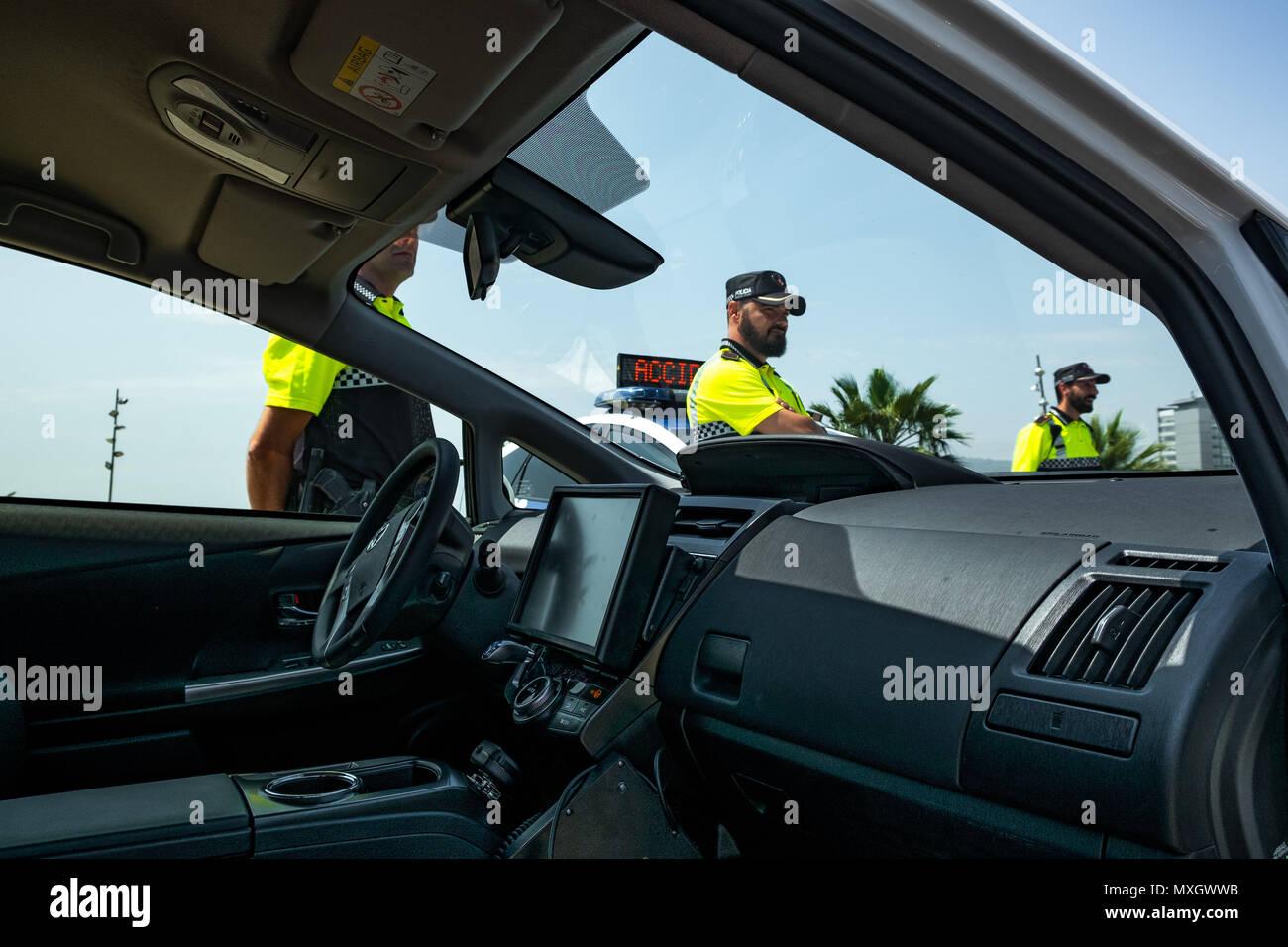 Barcellona, in Catalogna, Spagna. Il 4 giugno, 2018. Immagine dell'interno di uno dei nuovi veicoli con i dati di controllo delle informazioni di computer.Con la presenza del Sindaco Ada Colau e la sicurezza il commissario Amadeu Recasens, la presentazione della pattuglia nuovo parco veicoli della Guardia Urbana de Barcelona La polizia ha avuto luogo. L'investimento è stato di 12,6 milioni di euro. I veicoli nuovi con un sistema ibrido consentono un risparmio di combustibile di 608 euro per veicolo e per anno. Queste nuove auto sono dotate di nuove tecnologie di comunicazione e le telecamere con riconoscimento targhe. Allo stesso modo, tutti i veicoli sono equi Immagini Stock