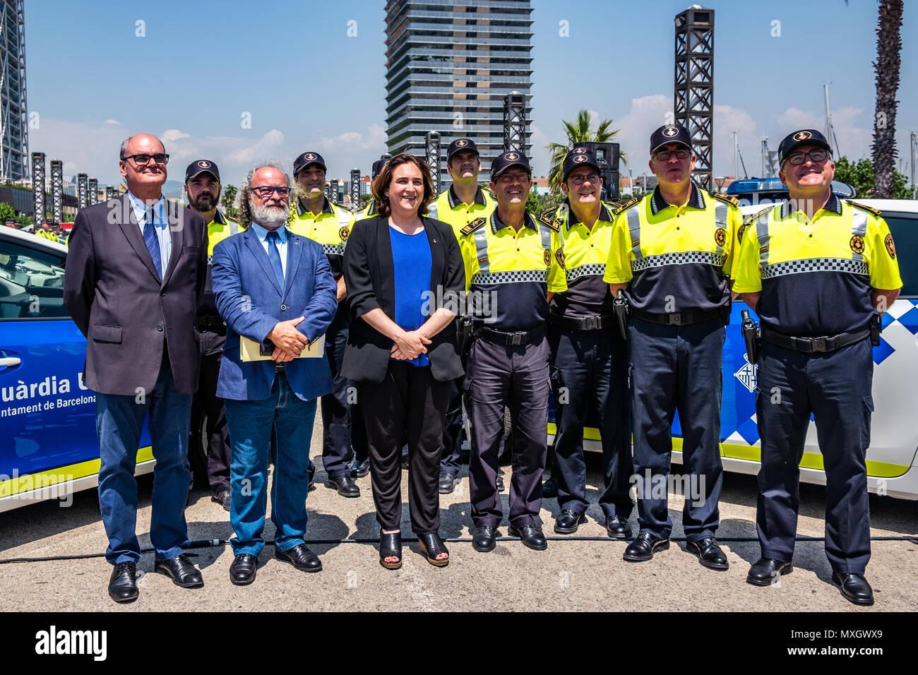 Barcellona, Spagna. Il 4 giugno, 2018. Sindaco Ada Colau e la sicurezza il commissario Amadeu Recasens sono visti in una foto di gruppo con la guardia urbana di Barcellona. Con la presenza del Sindaco Ada Colau e la sicurezza il commissario Amadeu Recasens, la presentazione della pattuglia nuovo parco veicoli della Guardia Urbana de Barcelona La polizia ha avuto luogo. L'investimento è stato di 12,6 milioni di euro. I veicoli nuovi con un sistema ibrido consentono un risparmio di combustibile di 608 euro per veicolo e per anno. Queste nuove auto sono dotate di nuove tecnologie di comunicazione e le telecamere con riconoscimento targhe. Immagini Stock