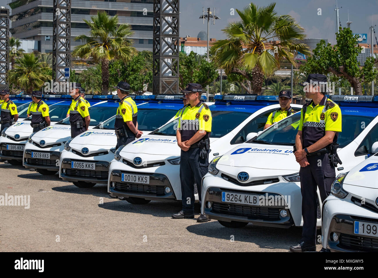 Barcellona, in Catalogna, Spagna. Il 4 giugno, 2018. I veicoli nuovi della guardia urbana di Barcellona hanno visto con i loro corpi di polizia. Con la presenza del Sindaco Ada Colau e la sicurezza il commissario Amadeu Recasens, la presentazione della pattuglia nuovo parco veicoli della Guardia Urbana de Barcelona La polizia ha avuto luogo. L'investimento è stato di 12,6 milioni di euro. I veicoli nuovi con un sistema ibrido consentono un risparmio di combustibile di 608 euro per veicolo e per anno. Queste nuove auto sono dotate di nuove tecnologie di comunicazione e le telecamere con riconoscimento targhe. Allo stesso modo, tutti i veicoli sono equipaggiati con un de Immagini Stock