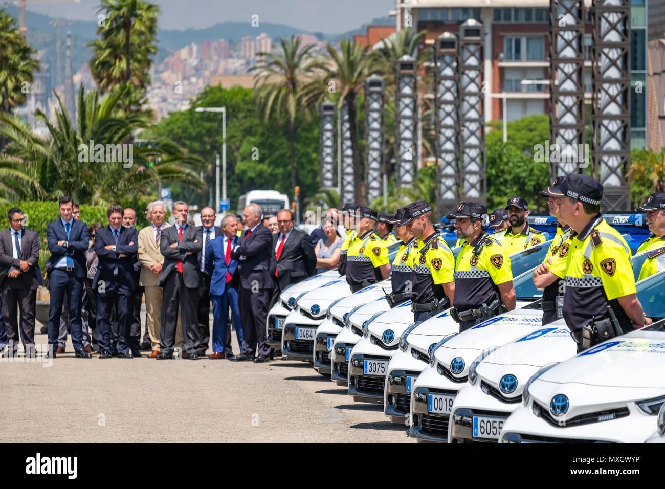 Barcellona, in Catalogna, Spagna. Il 4 giugno, 2018. I dirigenti della Toyota sono visto accanto a membri del Barcelona guardia urbana. Con la presenza del Sindaco Ada Colau e la sicurezza il commissario Amadeu Recasens, la presentazione della pattuglia nuovo parco veicoli della Guardia Urbana de Barcelona La polizia ha avuto luogo. L'investimento è stato di 12,6 milioni di euro. I veicoli nuovi con un sistema ibrido consentono un risparmio di combustibile di 608 euro per veicolo e per anno. Queste nuove auto sono dotate di nuove tecnologie di comunicazione e le telecamere con riconoscimento targhe. Allo stesso modo, tutti i veicoli sono equipaggiati con un defibril Immagini Stock