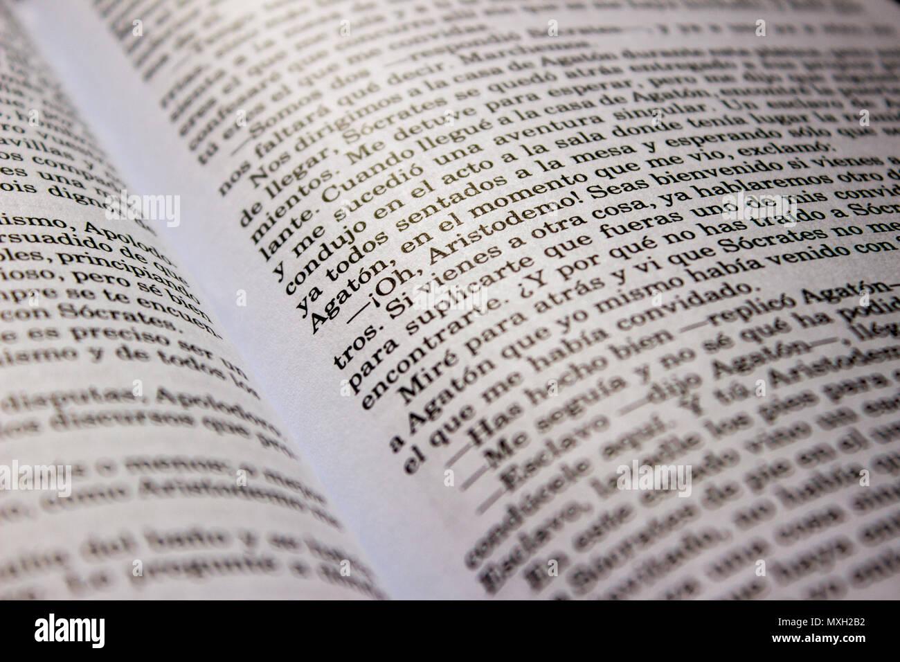 Libro aperto che mostra una finestra di dialogo in spagnolo Immagini Stock