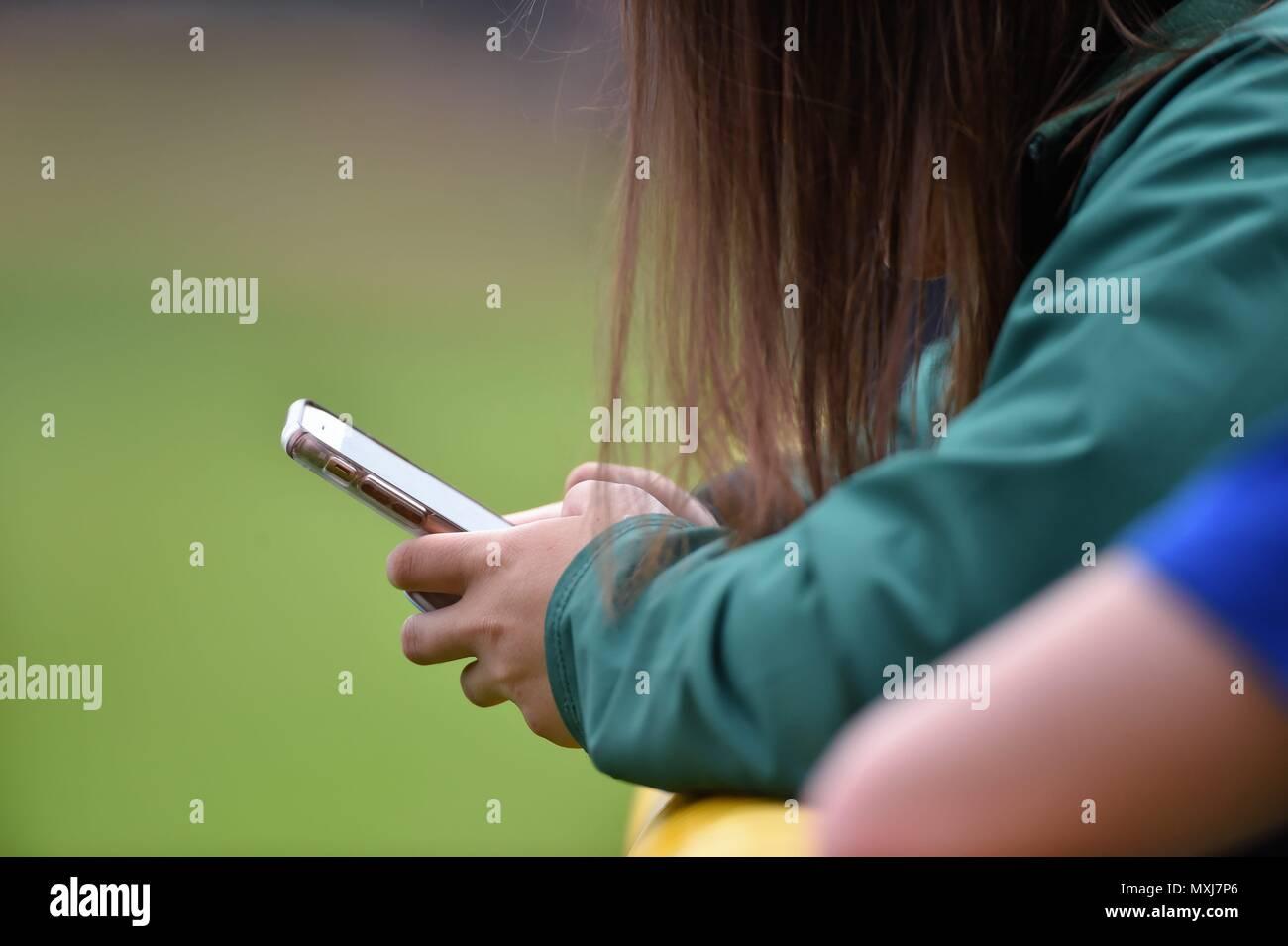 Palatine, Illinois, Stati Uniti d'America. Uso del telefono cellulare ha raggiunto quasi epica la dipendenza di proporzioni simili in tutto il territorio degli Stati Uniti. Immagini Stock
