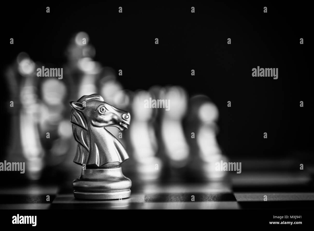 Strategia di battaglia di scacchi intelligenza gioco di sfida sulla scacchiera. Successo il concetto di strategia. Scacchi leader di business e successo idea. Strategia di scacchi Immagini Stock