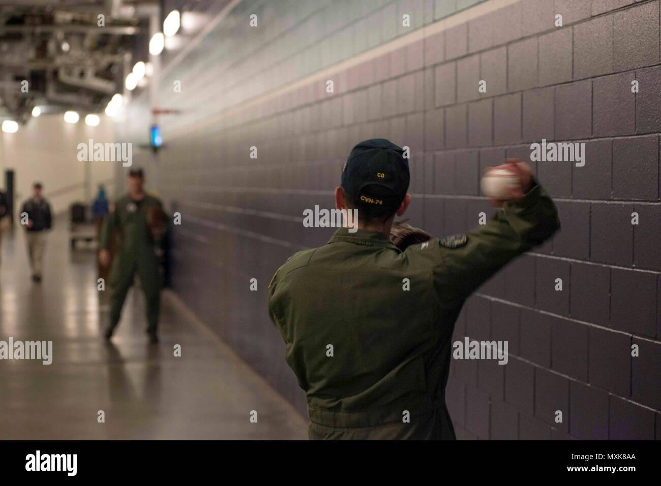 """(5 maggio 2017) Capt. Greg Huffman, USS John C. Stennis' (CVN 74) comandante, si riscalda fino a gettare il cerimoniale di primo passo a Seattle Mariners baseball gioco con il cap. Scott Miller, John C. Stennis' executive officer. Huffman ha gettato fuori il primo passo al Safeco Field come parte di """"John C. Stennis famiglia Notte"""" ospitato dai marinai e John C. Stennis' Morale, il benessere e la ricreazione del reparto. John C. Stennis sta conducendo una prevista disponibilità incrementale (PIA) a Puget Sound Naval Shipyard e Manutenzione intermedia Facility, durante il quale la nave sta subendo maintena pianificata Immagini Stock"""