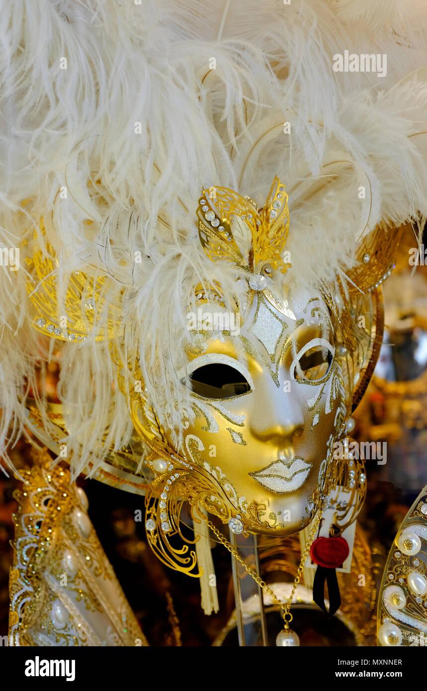 Oro carnevale veneziano maschere in vetrina, Venezia, Italia Foto Stock