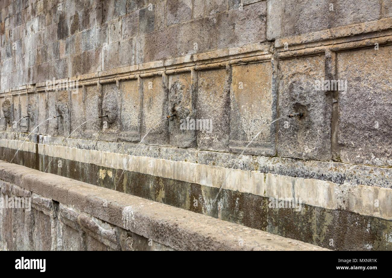 Le sette beccucci (Sette Cannelle ) fontana, Tuscania Viterno (Italia). Questa fontana fu costruita nel 1309 su una precedente del periodo etrusco-romano Immagini Stock