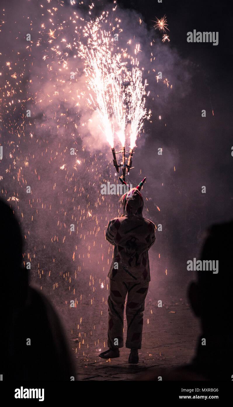 Prestazioni Correfoc dai demoni o Diables in Catalogna, Spagna Immagini Stock