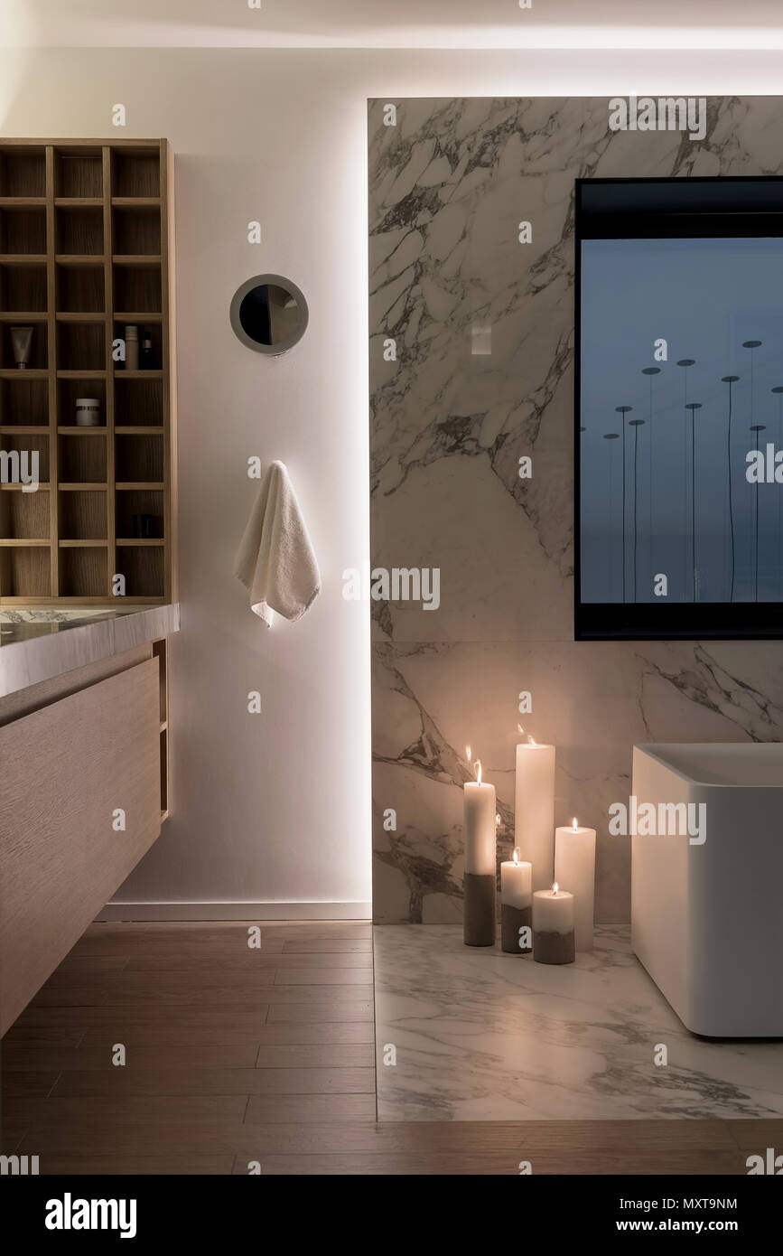 Bagno Moderno Con Parquet.Illuminato Bagno Moderno Con Pareti Bianche E Pavimenti In Parquet