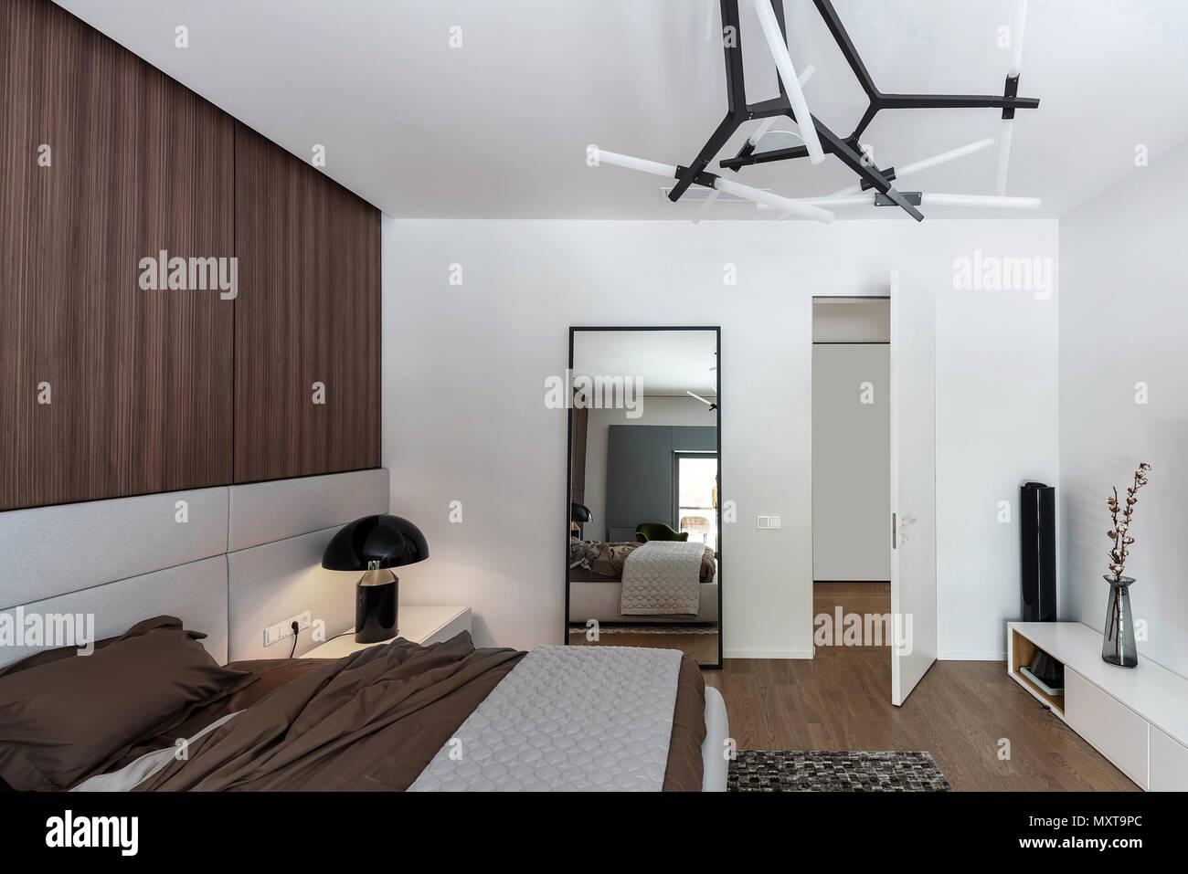 Camera da letto in stile moderno con pareti bianche e pavimenti in ...
