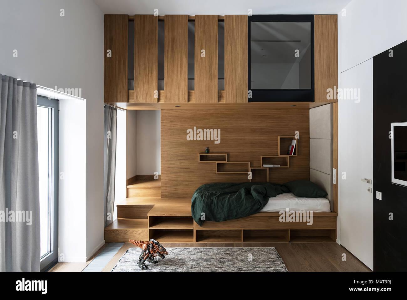 Camera per bambini con grandi finestre pareti bianche e pavimenti