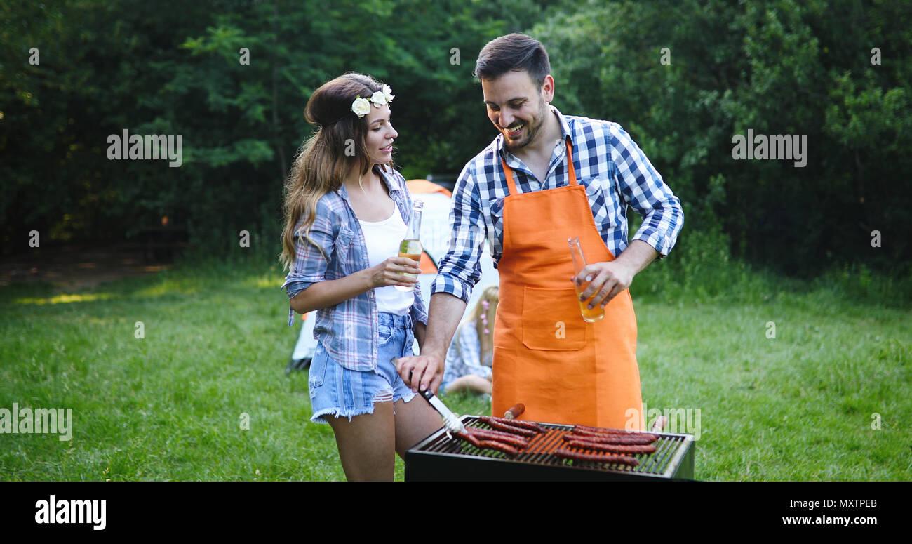 Gli amici sorseggiando il barbecue party Immagini Stock