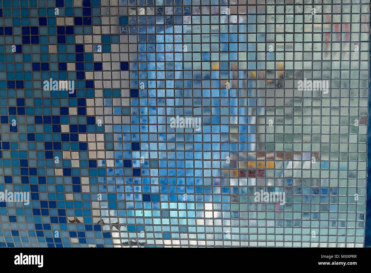 Specchio mosaico. texture. in bagno o in piscina foto & immagine