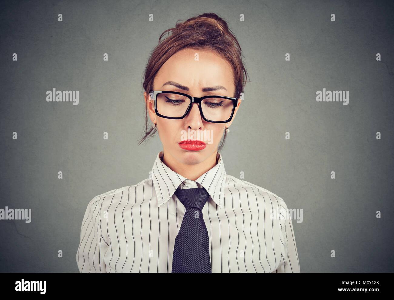 Bella donna in abbigliamento formale e con labbra rosse guardando giù nella disperazione cercando peccato Immagini Stock