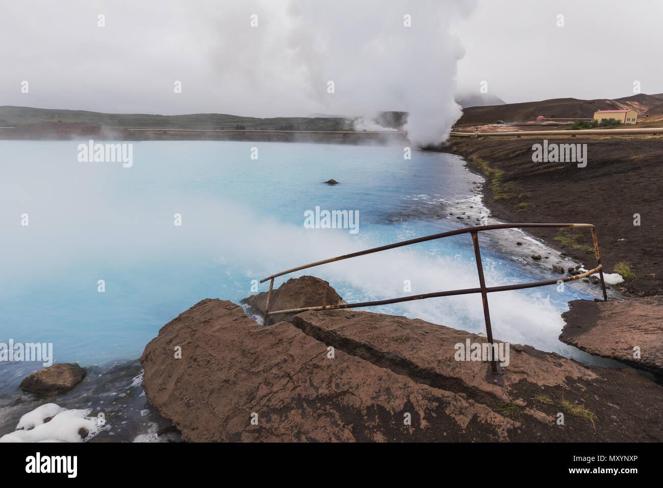 Flusso di acqua verso il blu natura bagno vicino Lago Myvatn nel nord dell'Islanda Immagini Stock