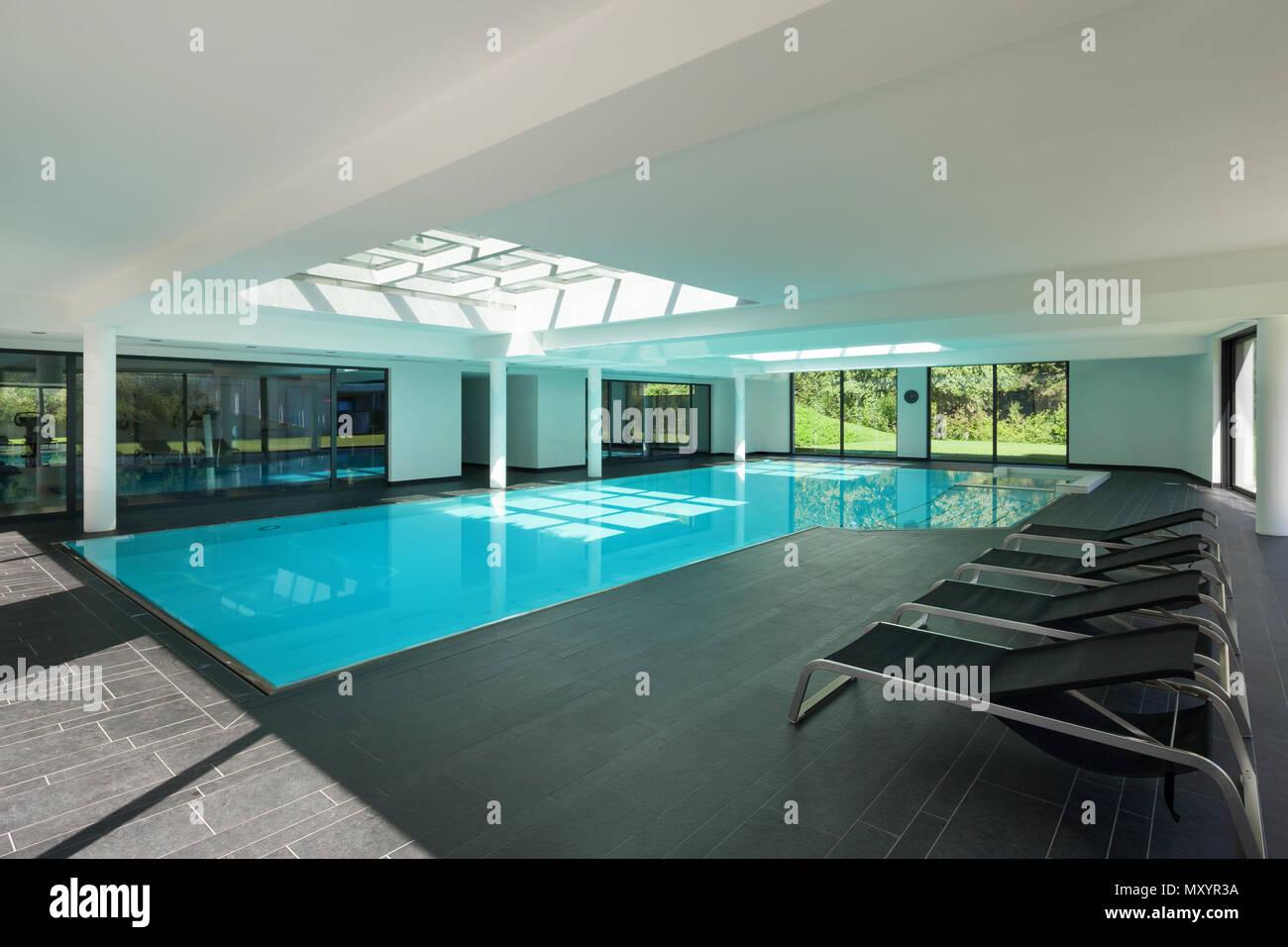 Piscina interna di una casa moderna con spa Foto & Immagine Stock ...