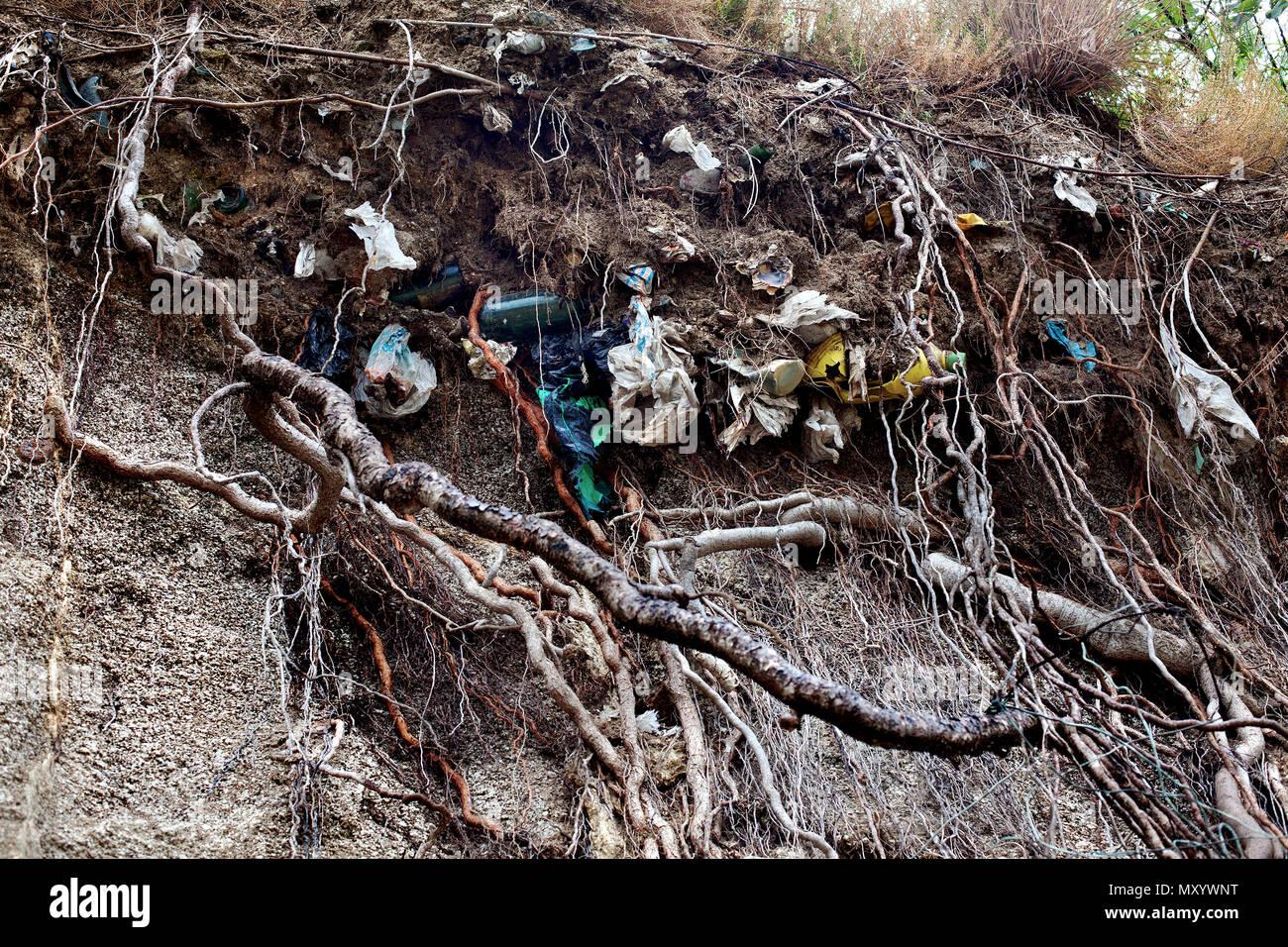 Sacchetti di plastica e spazzatura miscelato con il terreno, Spagna. Immagini Stock