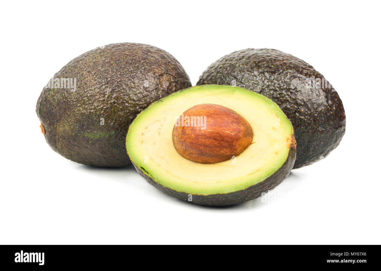 Metà avocado Hass con frutta su sfondo bianco Foto Stock