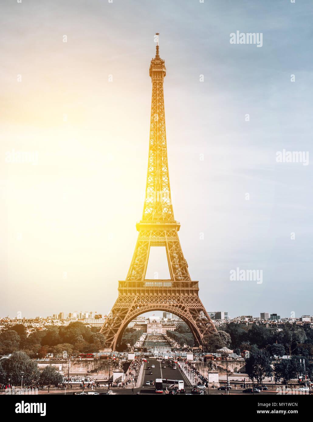 Vista verticale sulla Torre Eiffel, Paris, Francia. Immagini Stock