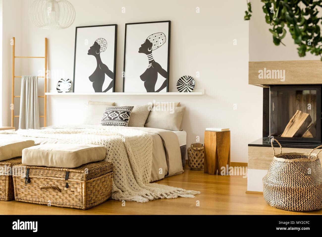 Sgabello in legno accanto al letto con coperta in maglia in caldo