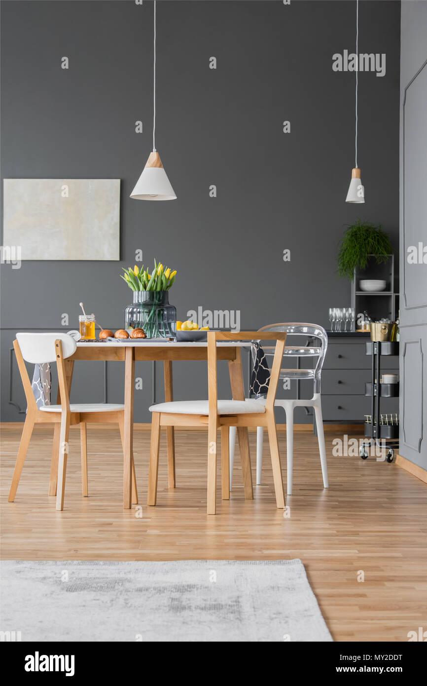 Lampade Sopra Tavolo Da Pranzo lampada bianca al di sopra di un tavolo di legno con
