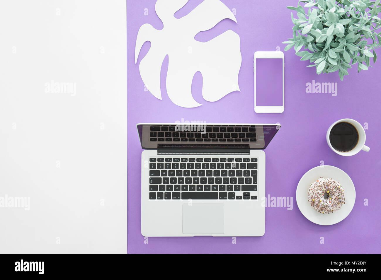 Set Da Scrivania Viola : Vista superiore del laptop e mockup dello smartphone su viola