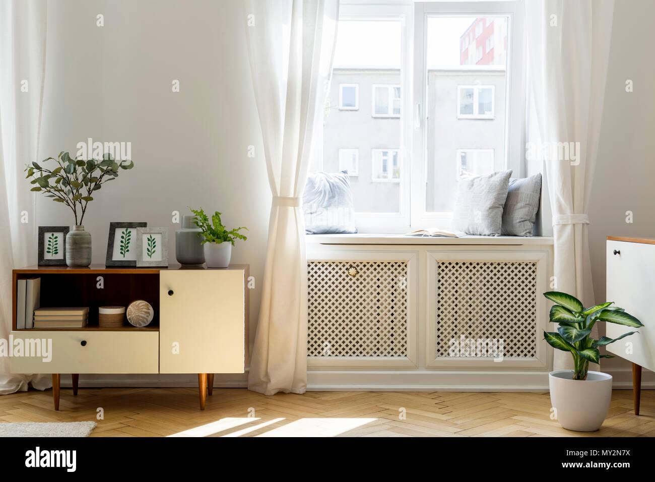 Impianto sulla credenza in legno bianco in salotto interno con