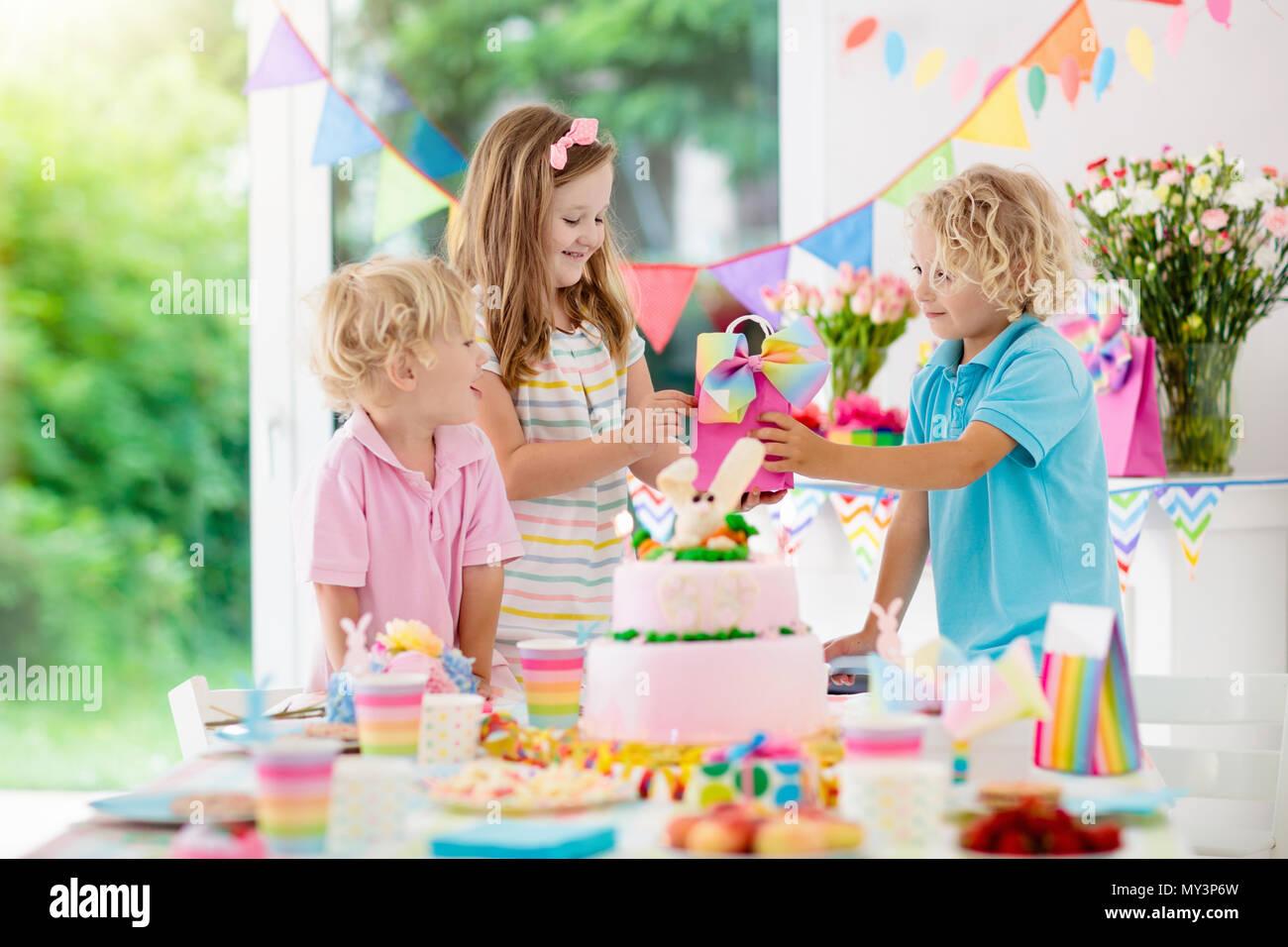 Decorazioni Da Tavolo Per Compleanno : Kids festa di compleanno bambini soffiare le candele sul