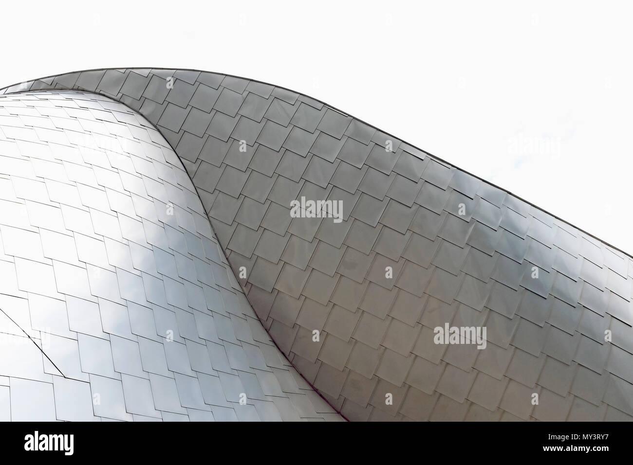 Una delle molte curve architettoniche di Frank Gehry progettato Peter B. Lew edificio sul Case Western Reserve Campus in Cleveland, Ohio, USA. Immagini Stock