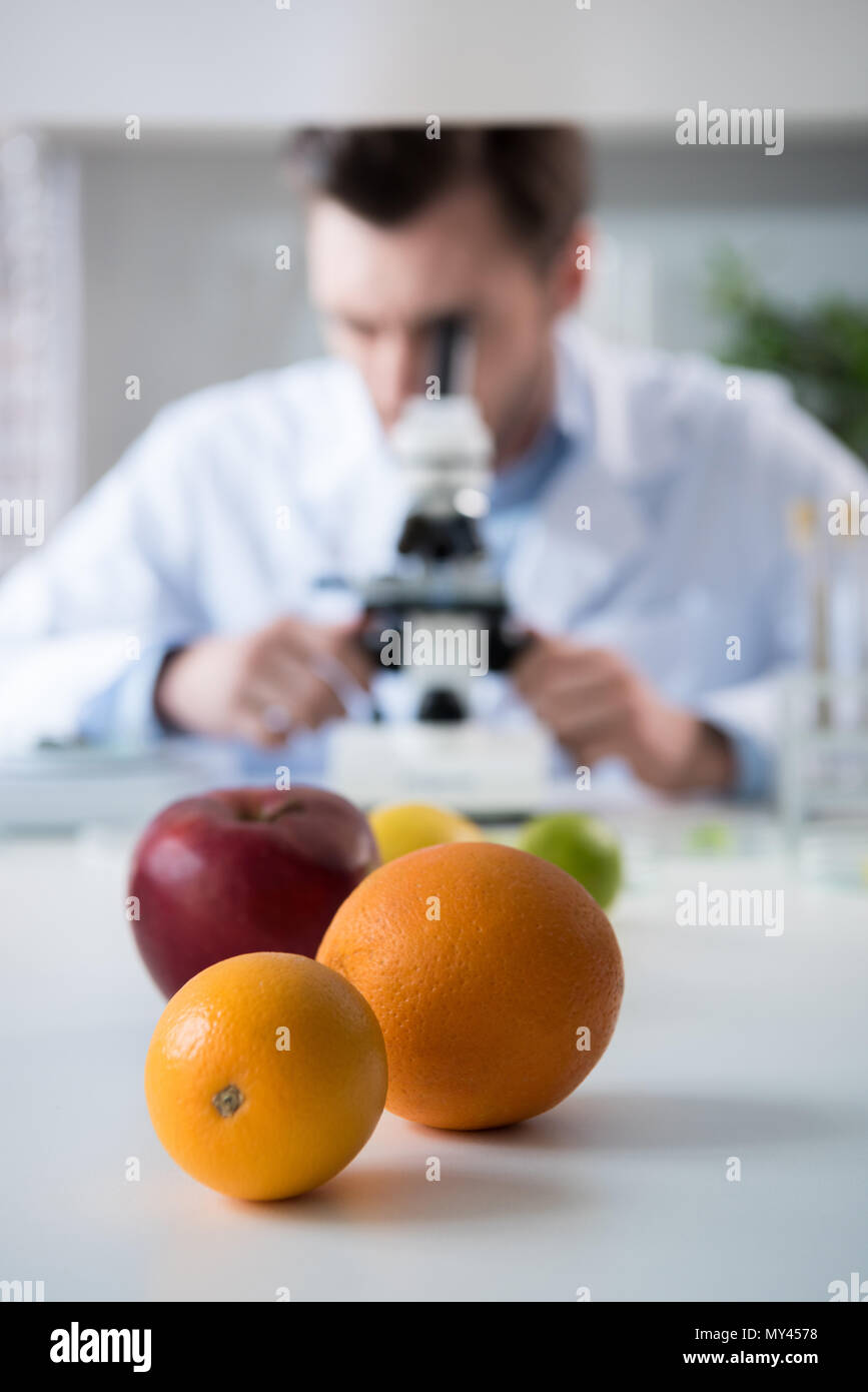 Scienziato maschio durante il lavoro al moderno laboratorio biologico Immagini Stock