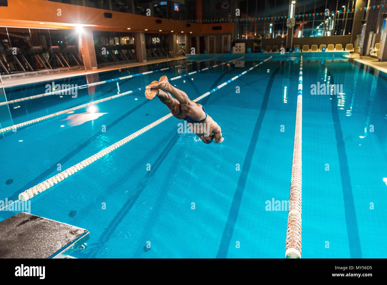 Nuotatore immersioni subacquee in concorrenza piscina Immagini Stock