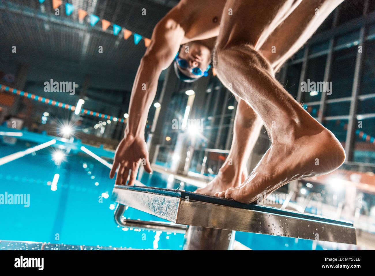 Vista dal basso del nuotatore jumping in concorrenza piscina Immagini Stock