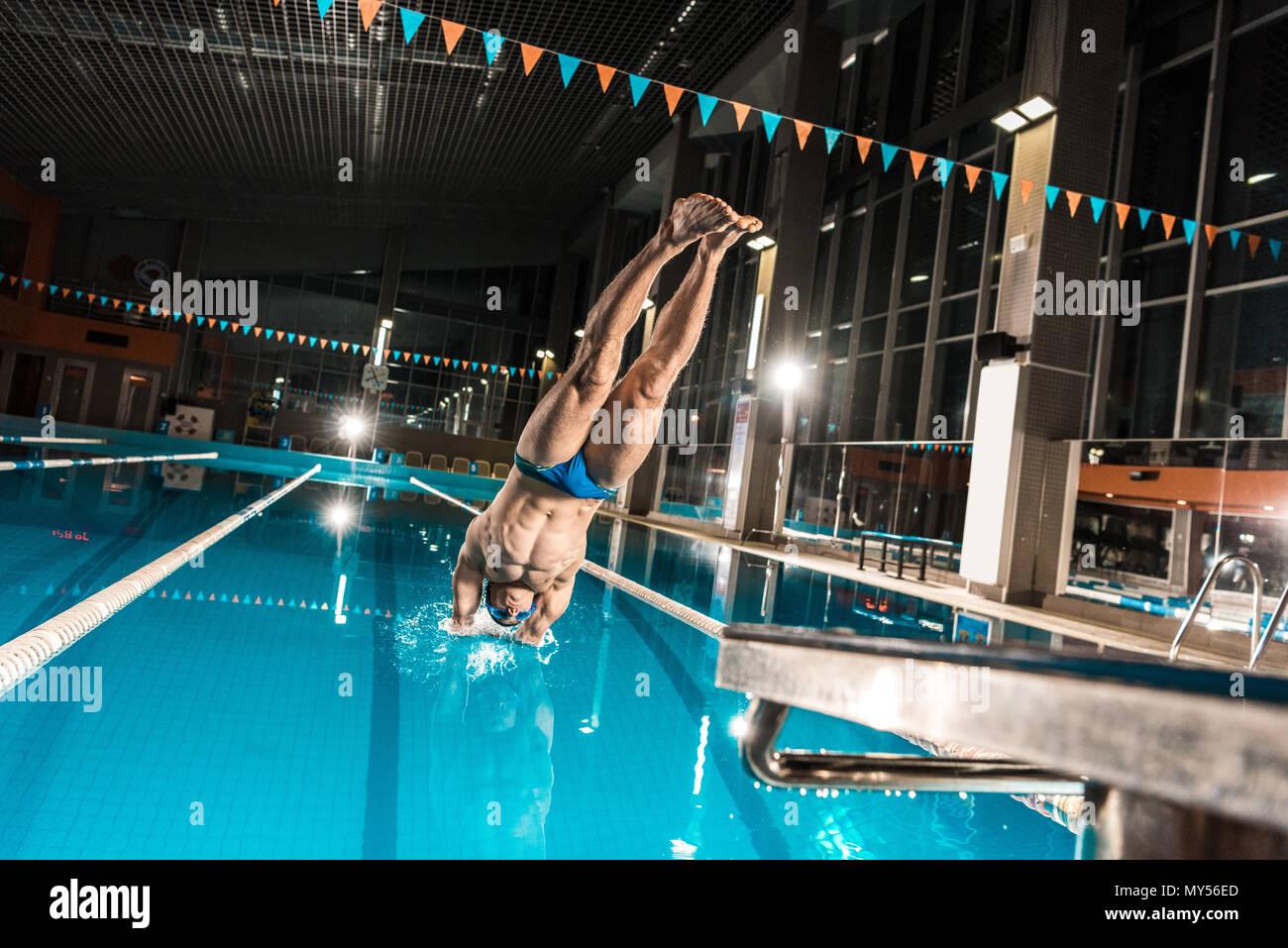 Nuotatore immersioni subacquee in concorrenza piscina Foto Stock
