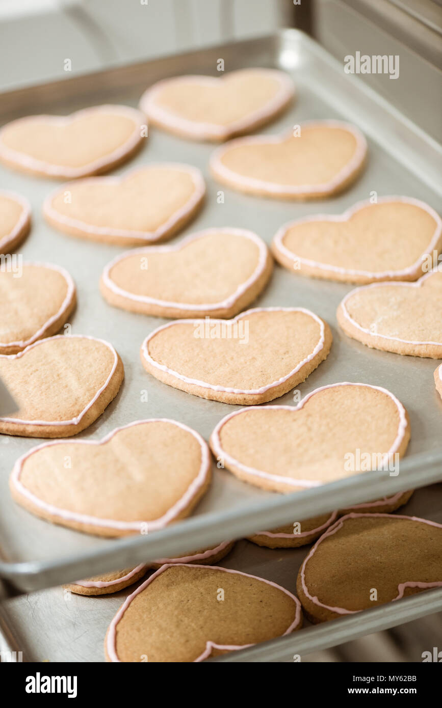 Close-up shot di deliziosi biscotti a forma di cuore sul vassoio Immagini Stock