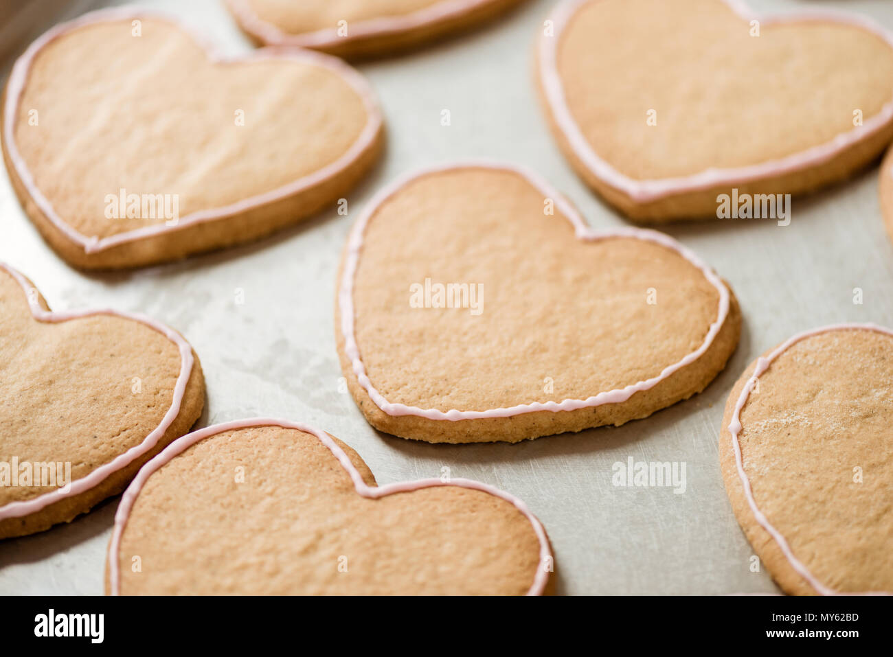 Close-up shot di biscotti a forma di cuore sul vassoio Immagini Stock
