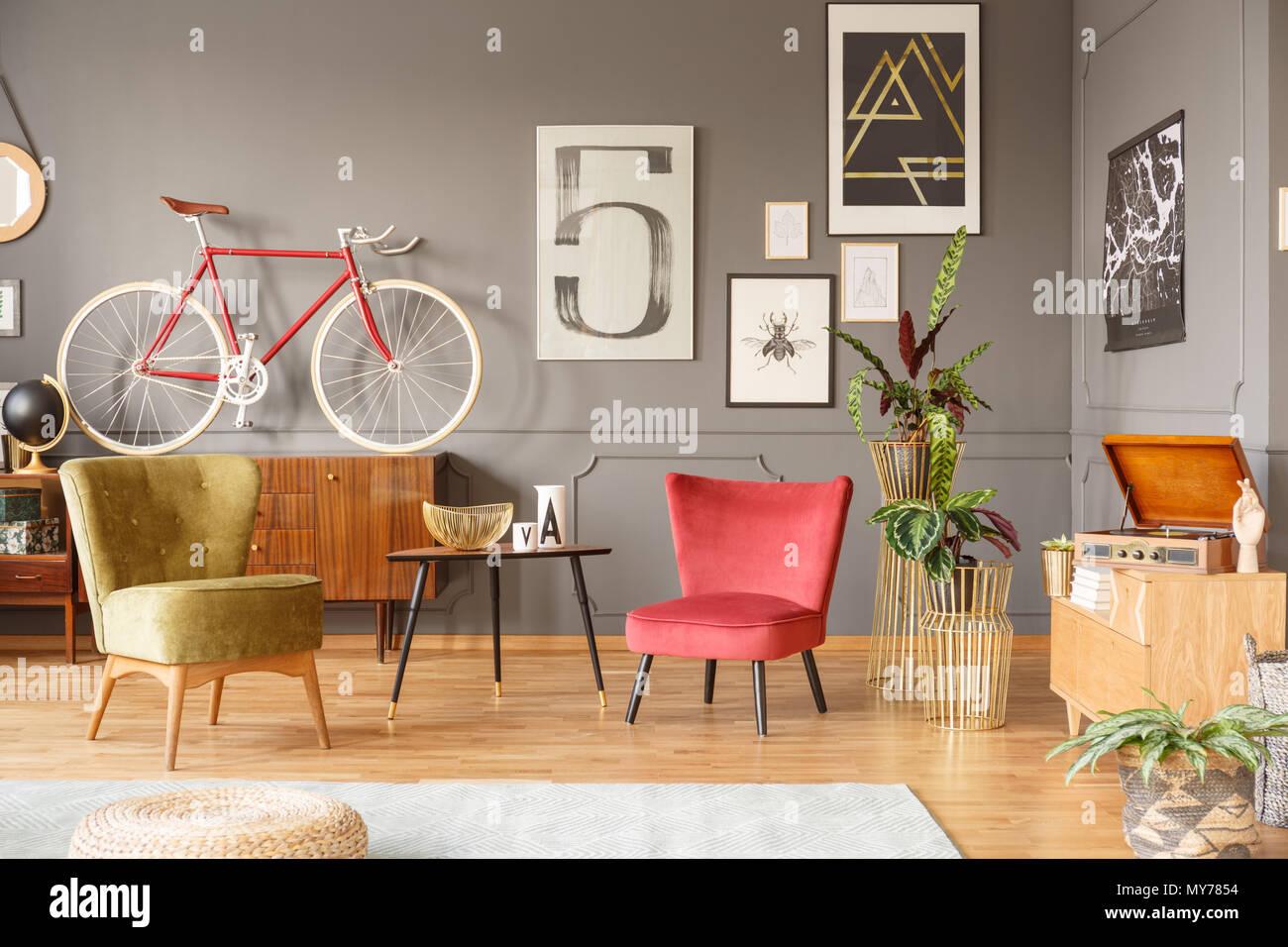 Colori Interni Grigio : Interni accoglienti con confortevoli poltrone vintage di colore