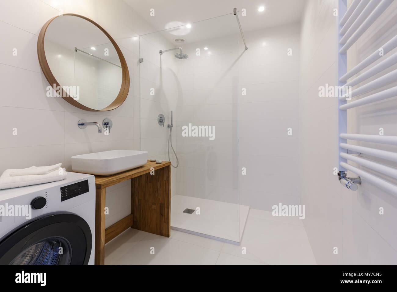 Bagno Con Doccia E Lavatrice.Specchio Sopra Lavabo In Bianco E Bagno Interno Con Doccia E