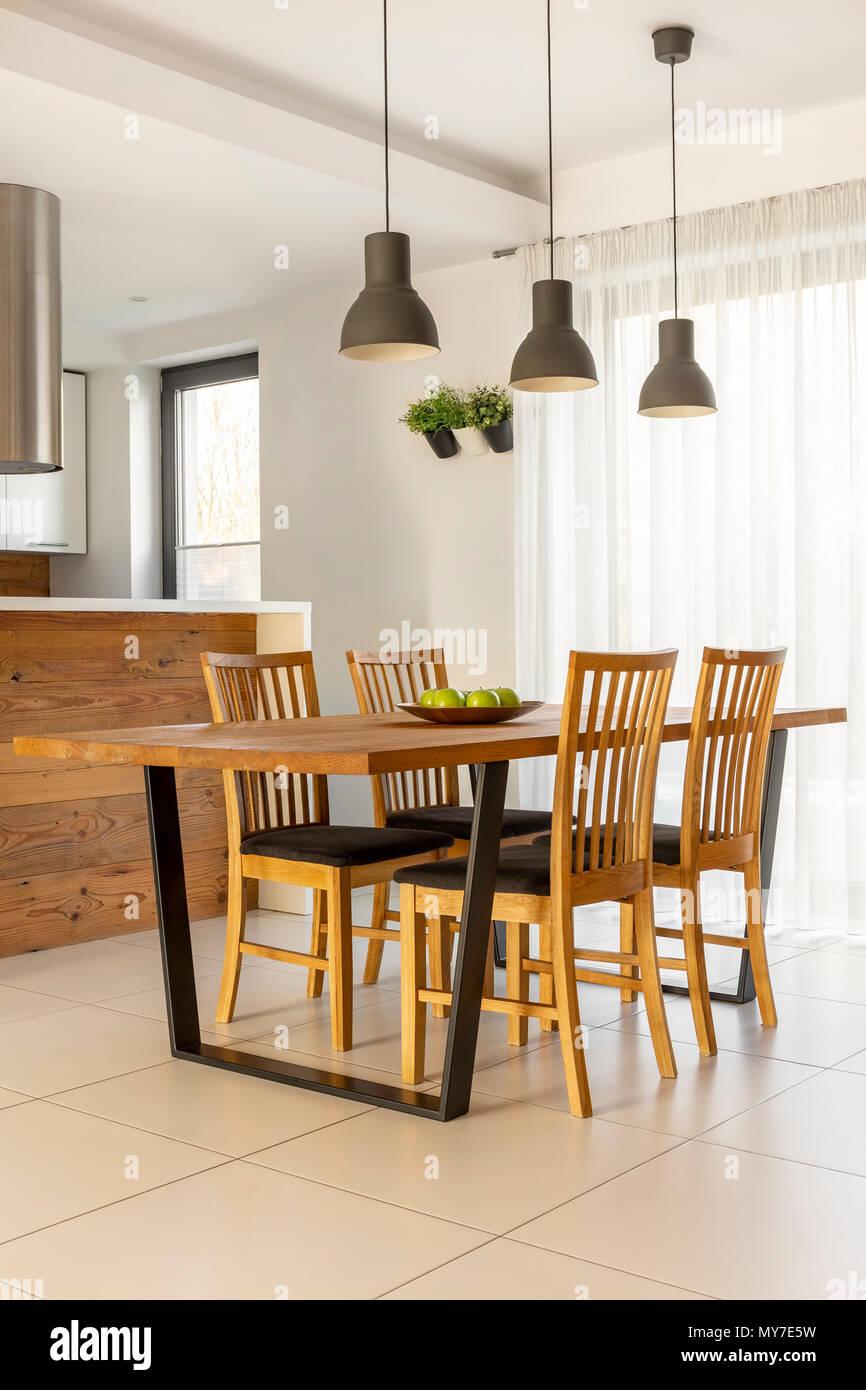 Lampade Sopra Tavolo Da Pranzo lampade al di sopra di un tavolo di legno e sedie in minima