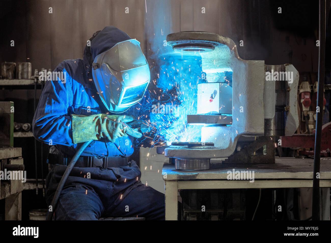 Saldatrice a lavorare nella fabbrica di ingegneria Immagini Stock