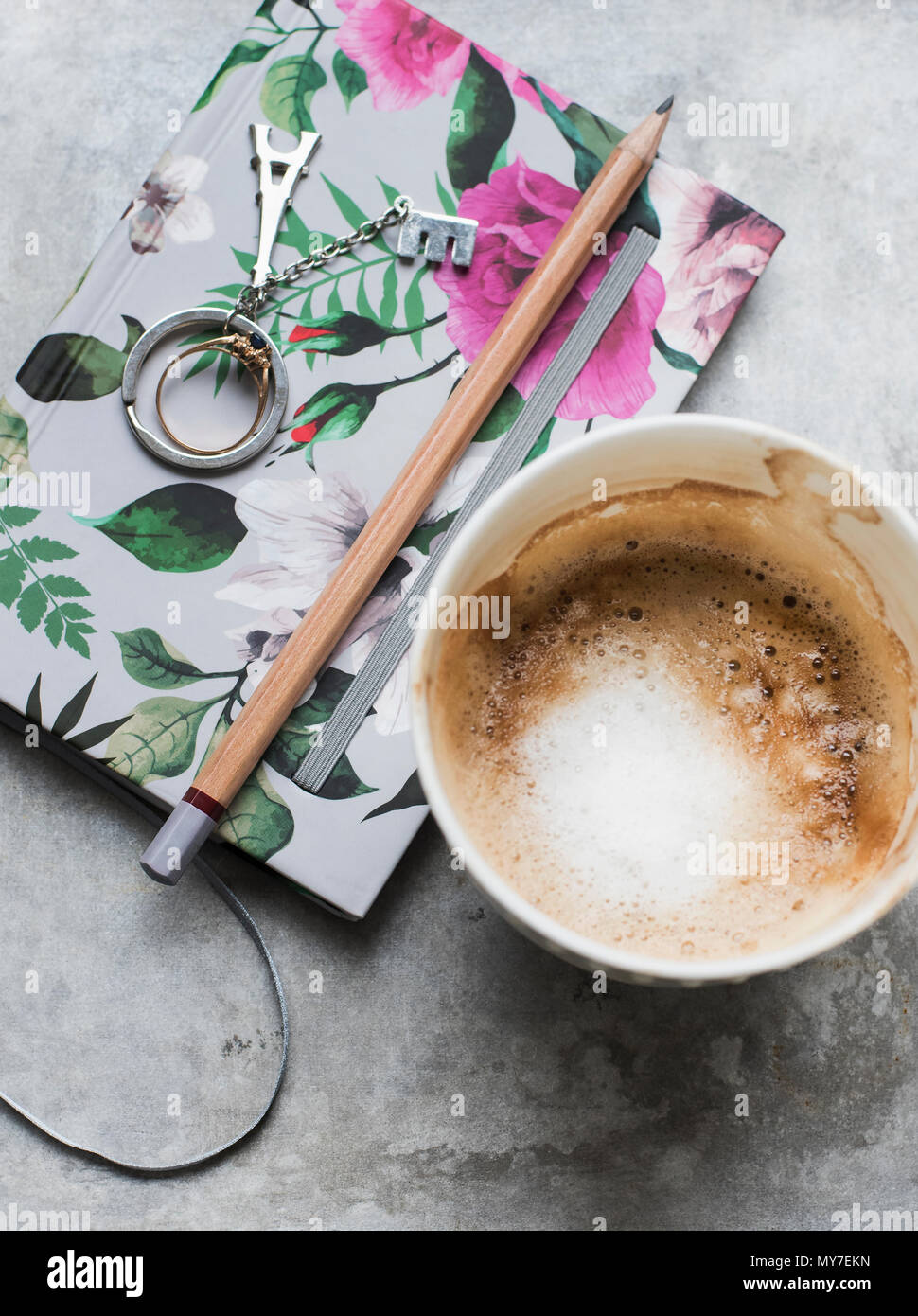 Tazza di caffè con i notebook e matita, vista aerea Foto Stock