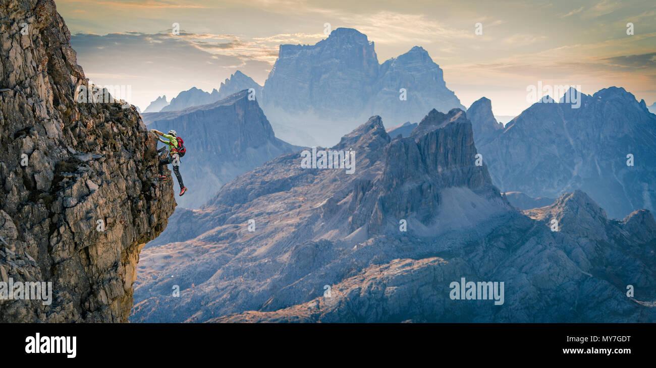 Scalatore sulla parete rocciosa, Dolomiti, Cortina d'Ampezzo, Veneto, Italia Immagini Stock