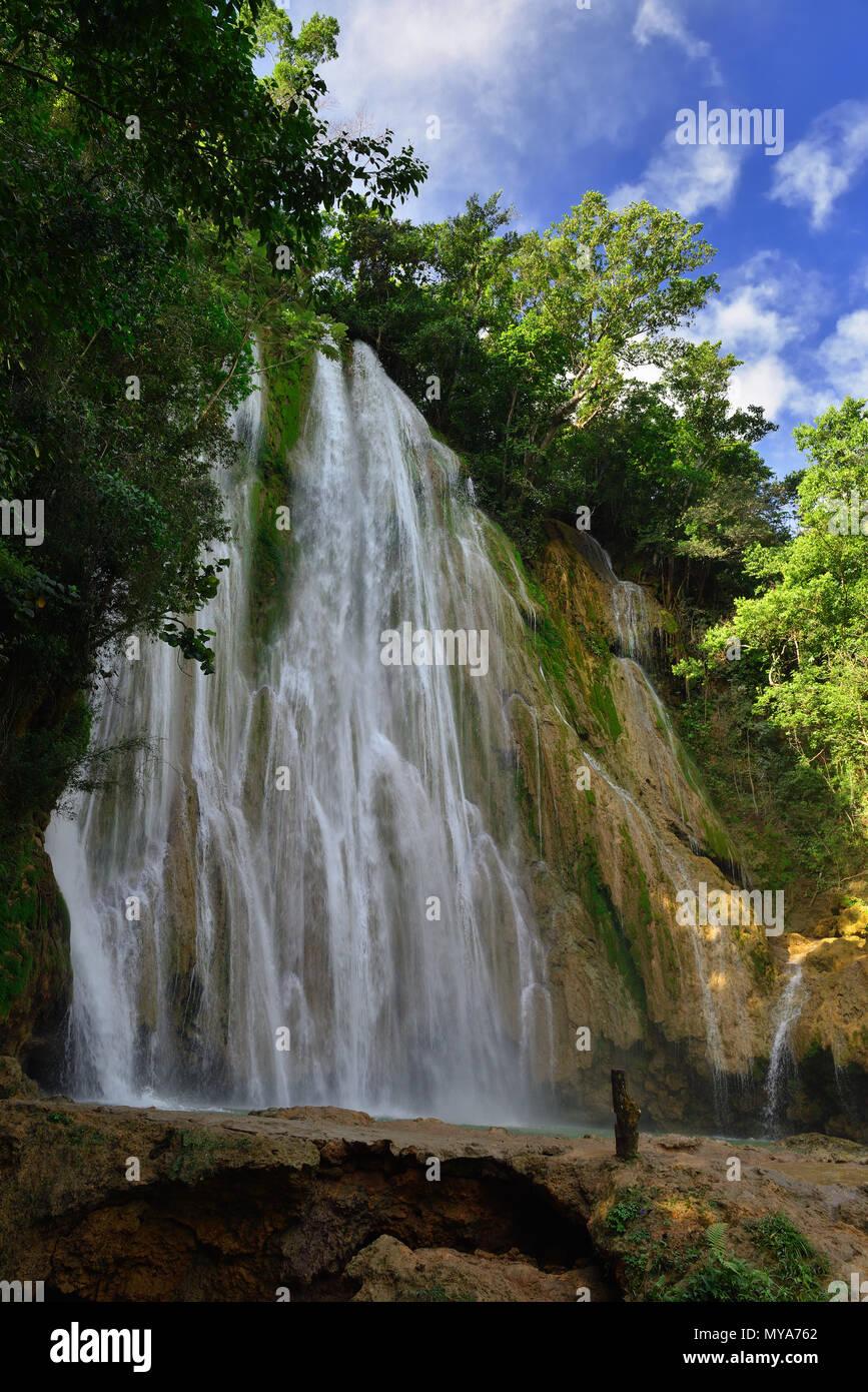 Il Salto El Limon la cascata che si trova al centro della foresta tropicale, Samana, Dominikana Repubblica. Immagini Stock