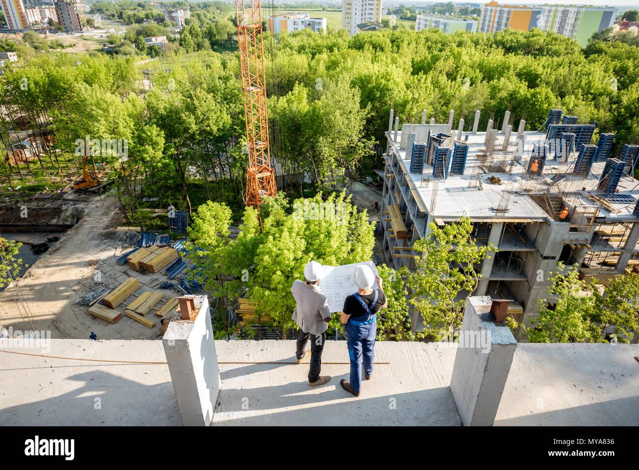 Sito in costruzione con i lavoratori Immagini Stock