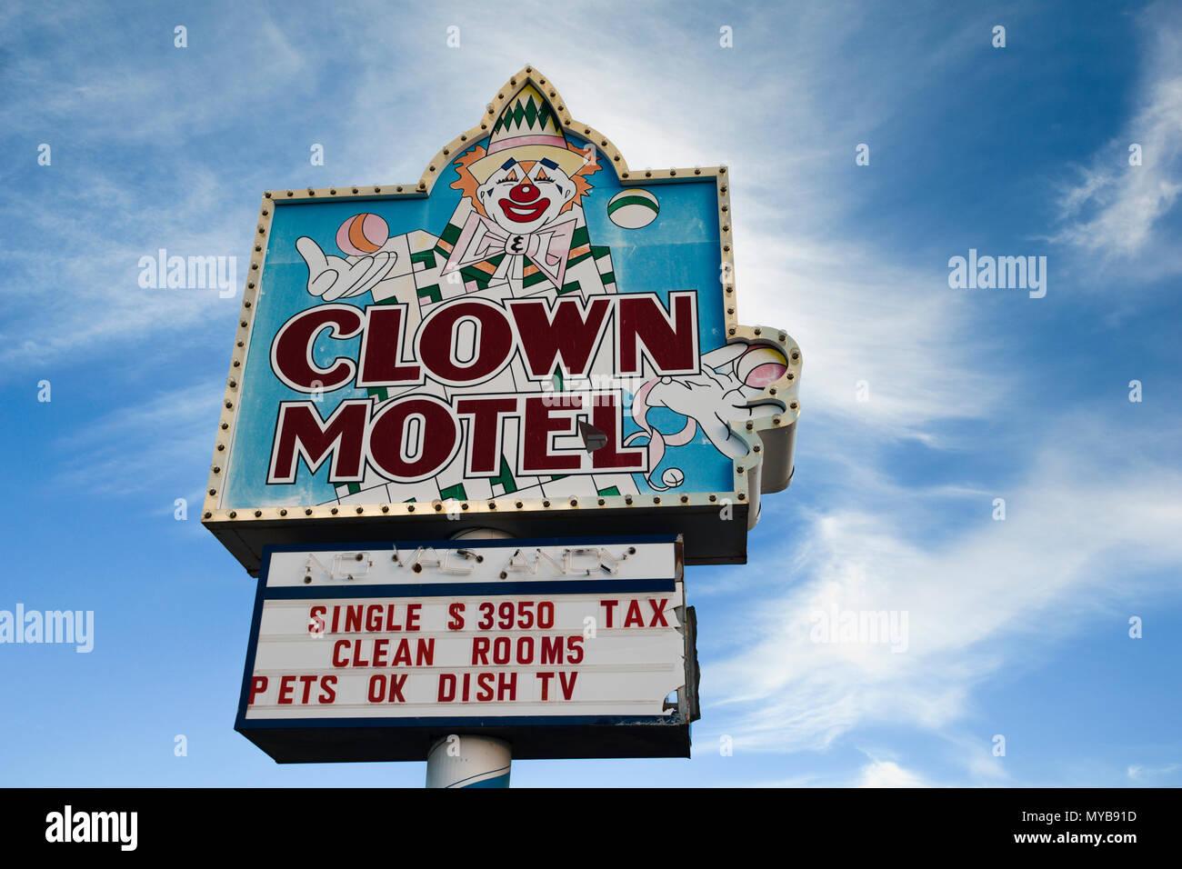 Il creepy e presumibilmente haunted Clown Motel nella vecchia città mineraria di Tonopah, Nevada, Nord America. Immagini Stock