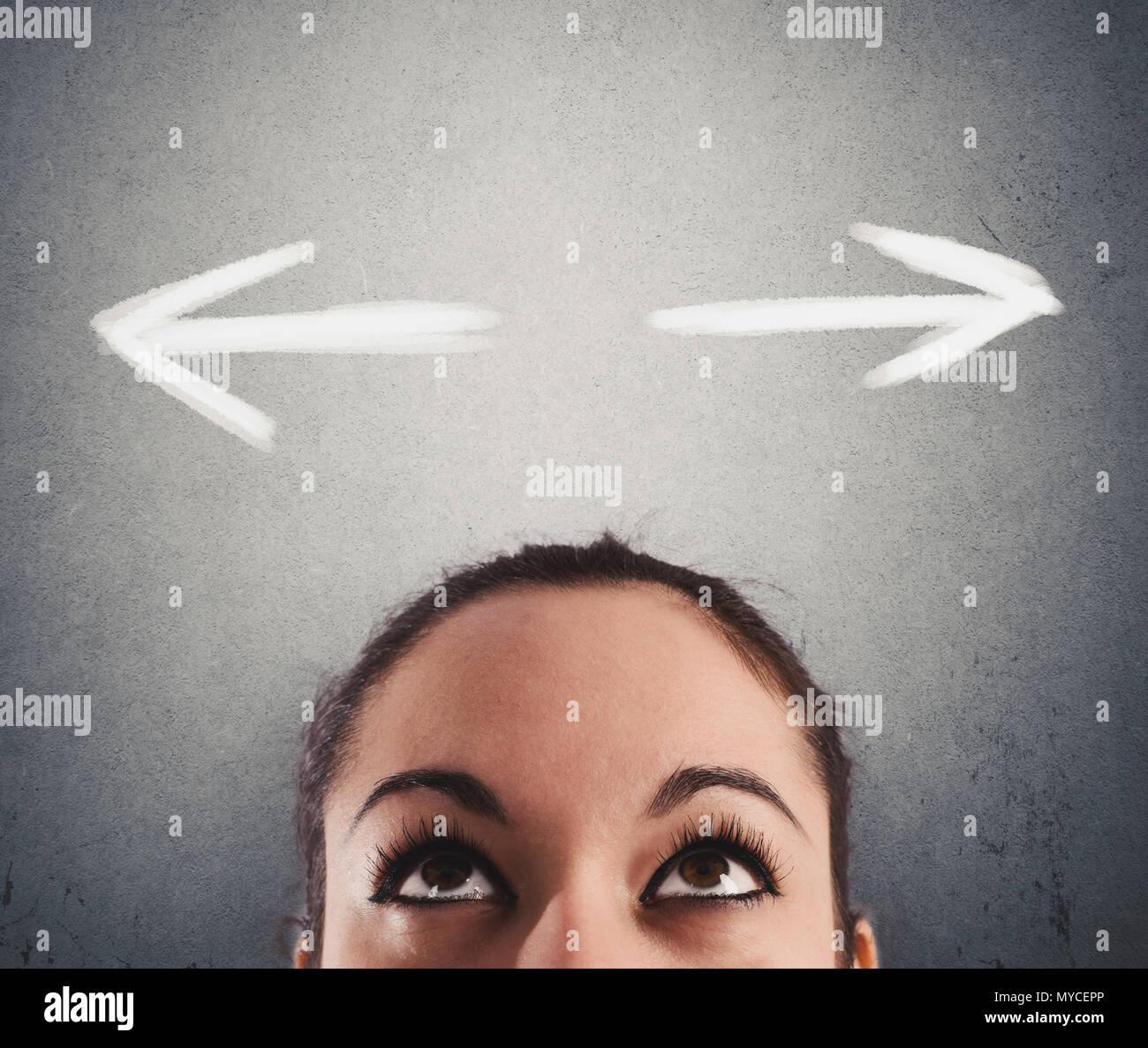 Confuso business donna indeciso circa la giusta direzione da seguire Immagini Stock