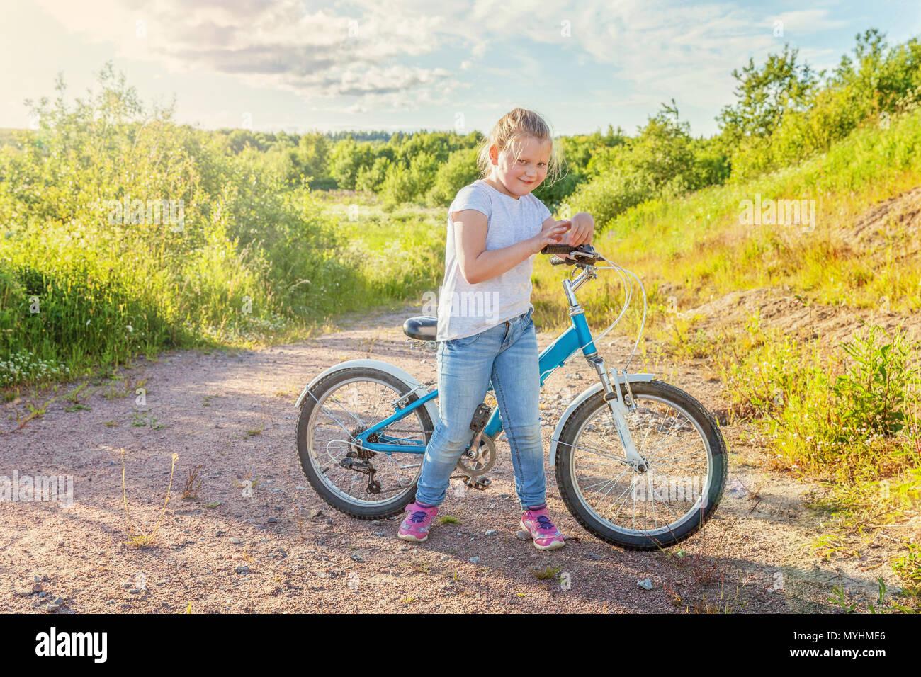 Bambino Felice In Bicicletta Equitazione Giovane Ragazza In